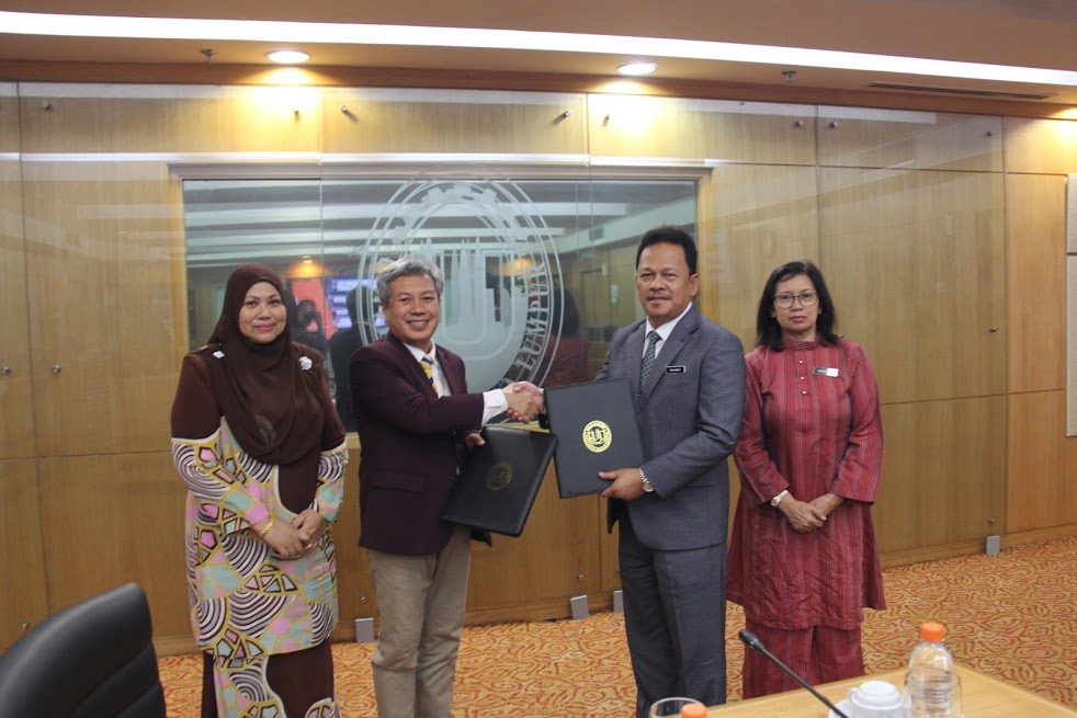 UniKL President/CEO YBhg Prof. Dato' Dr Mazliham Mohd Su'ud (second from left) and En. Zainuren Hj Mohd Nor. Looking on are YBhg. Prof. Dato' Dr Khairanum Subari (far left), Deputy President (Student Development and University Lifestyle) of UniKL, and YBhg Puan Norhana Mustapha (right), Deputy Director (Training Development and Industrial Relationship) Vocational and Technical Division of the Education Ministry